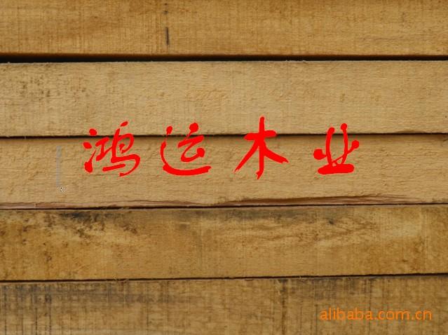实木门1、天然、环保、健康实木家具透露自然与原始之美。实木家具之所以长盛不衰,从颜色分析,在于它的天然木本色。原木色家具既天然、又无化学污染,这实在是健康的时尚选择,符合现代都市人崇尚大自然的心理需求。其次在材质的选择上,以国内实木家具为例,种类主要有:胡桃楸木、榉木、柚木、枫木、橡木、