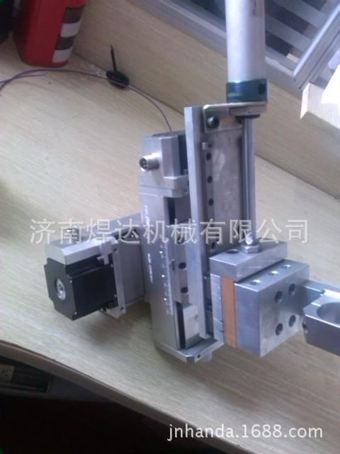 采用铝合金结构件,组合成二维加上焊枪夹紧机构实现